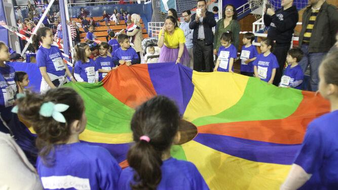 Una animadora entretiene a los niños en el Andrés Estrada.