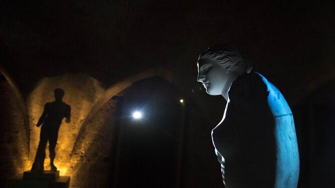 Juanan Requena ha elaborado una obra 'site-specific' con esculturas de la Escuela de Artes y Oficios de Granada.