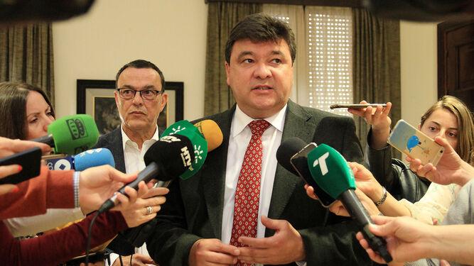 Ignacio Caraballo y Gabriel Cruz, tras la reunión con los alcaldes.