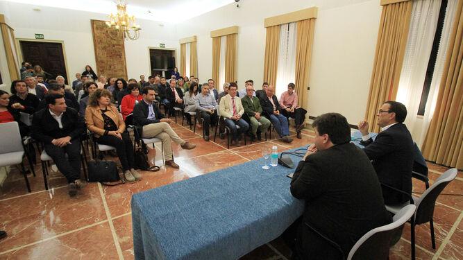 Un momento de la reunión que mantuvieron ayer alcaldes de distintos municipios de la provincia onubense con Ignacio Caraballo y Gabriel Cruz en la Subdelegación del Gobierno.