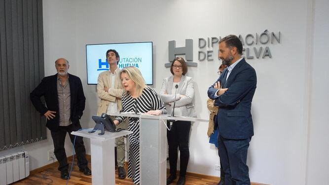 La diputada de Cultura, Lourdes Garrido, en el momento de comunicar por teléfono el fallo del jurado al ganador.