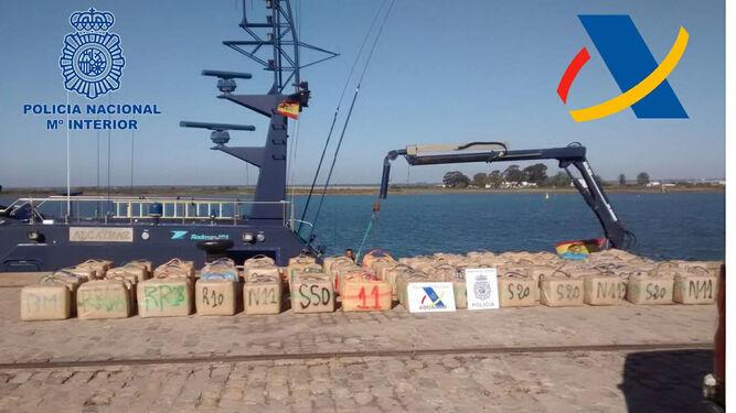 Los fardos expuestos en el Puerto de Huelva ante la patrullera 'Alcatraz' de la Agencia Tributaria.