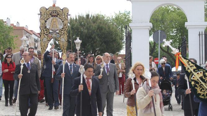 El Simpecado de Emigrantes, a su entrada en la plaza de los Capellanes.