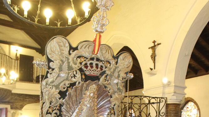 El Simpecado de la concha peregrina saluda a la Patrona de Huelva.
