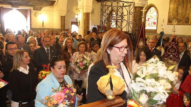 Un momento de la ofrenda floral a Nuestra Señora de la Cinta.