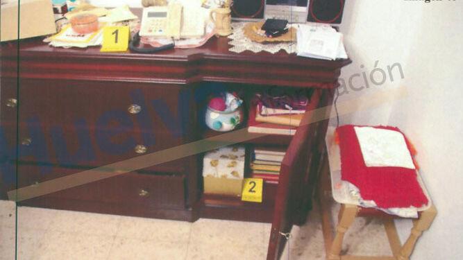 Muebles revueltos y evidencias de la inspección ocular.