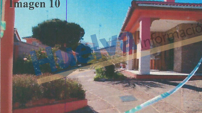 Panorámica del porche y el exterior del chalé donde mataron a Pedro Pérez en mayo de 2015.