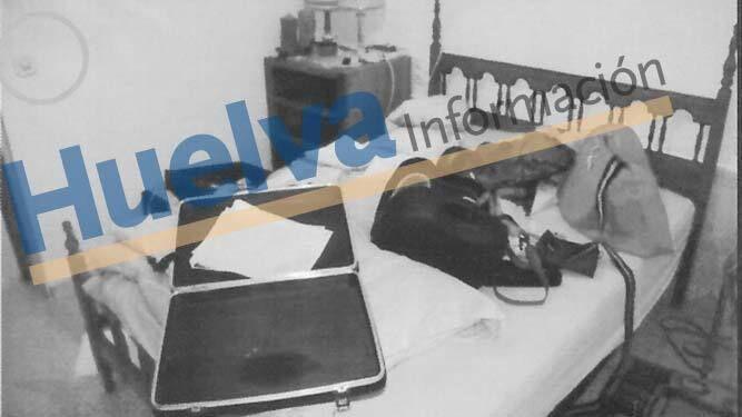 Un maletín y otras pertenencias de la víctima revueltas sobre una cama.