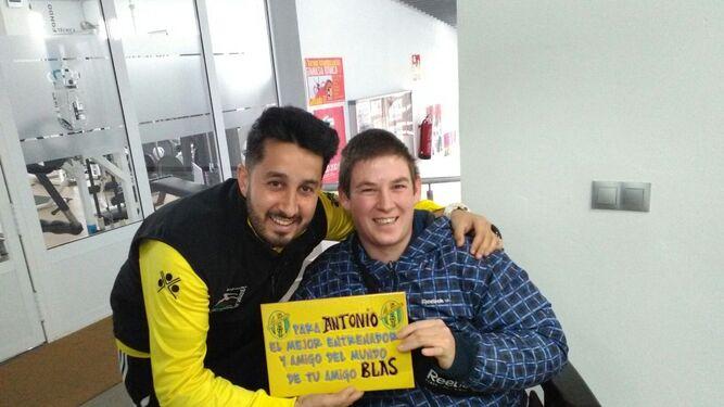 Antonio Barranco y su segundo, Blas. A la derecha, alegría justo al acabar el encuentro en Beas.