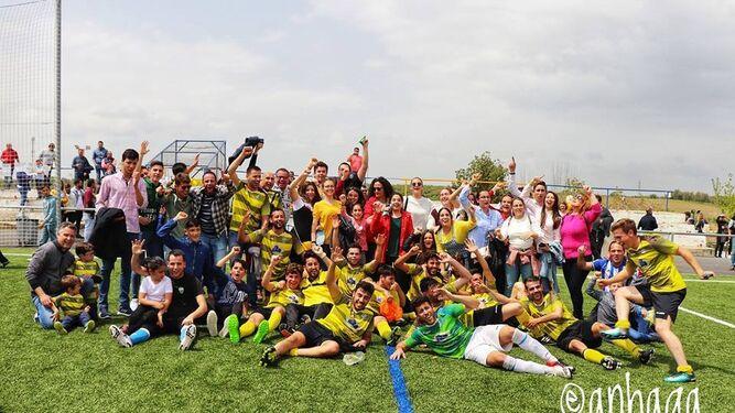 Jugadores y aficionados del conjunto rubiato, felices tras conseguir el ascenso y el título de campeón del grupo I.
