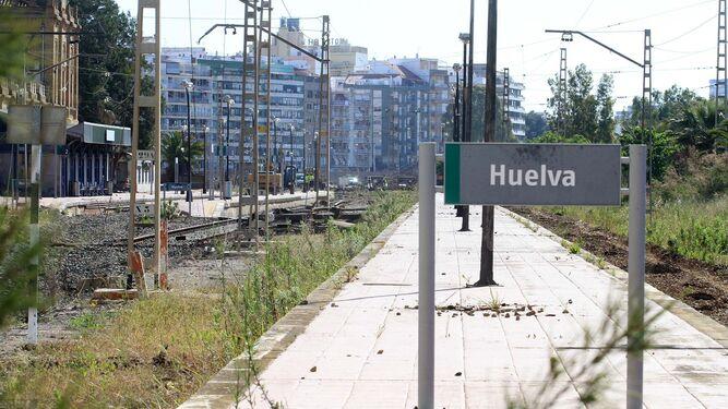 Trabajos de retirada del trazado ferroviario en la antigua estación, en la que ayer actuaba un grupo de operarios y maquinaria pesada. Abajo, proyecto de reurbanización datado en 2009.