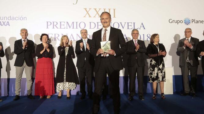 Los integrantes del jurado y las autoridades aplauden al ganador, Jorge Molist, tras recoger el premio que otorgan el Grupo Planeta y AXA.