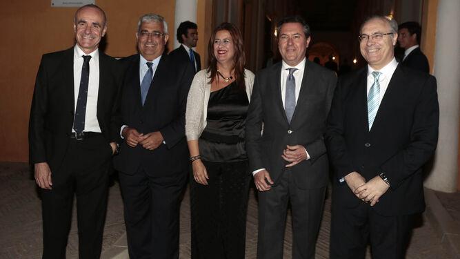 El delegado Antonio Muñoz y los consejeros Antonio Ramírez de Arellano y Sonia Gaya junto al alcalde, Juan Espadas, y el consejero delegado de AXA J. P. Rignault.