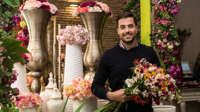 Antonio Rivera posa con un ramo de flores.