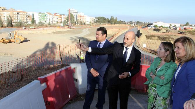 Antonio Sanz, Ana Pastor y Fátima Báñez atienden las explicaciones sobre la nueva estación hace casi tres años.