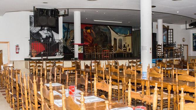 Salón principal de la peña onubense, con el gran escenario al fondo por el que han pasado los más grandes del flamenco.