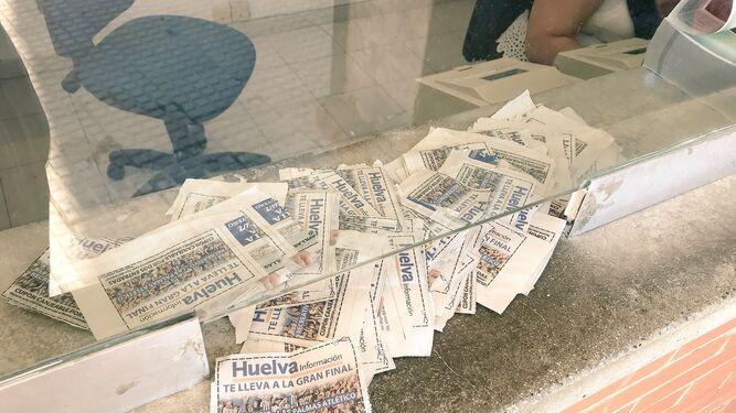 1. Decenas de cupones recortados para el canje por las entradas en las taquillas. 2. Un seguidor muestra uno de los cupones de Huelva Información. 3. Un aficionado se guarda una entrada del partido. 4. La campaña de Huelva Información moviliza a la afición. 5. Dos seguidores ya tienen sus entradas para el partido.