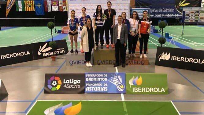 Abián, en lo más alto del podio (arriba); abajo, Haideé y Laura Molina.
