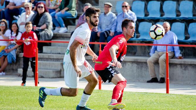 Dos lances del encuentro de ayer entre Cartaya y La Palma; y el técnico local Manuel Juan Limón siguiendo atentamente el encuentro.