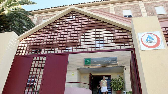 Usuarias salen del Albergue Juvenil de Huelva.