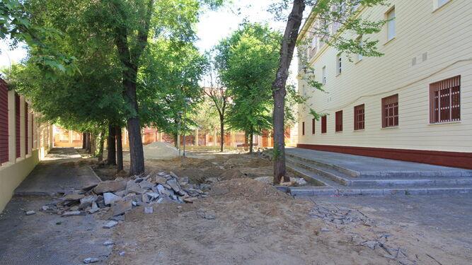 La actuación se centra ahora en la remodelación de los jardines existentes en el exterior del edificio, que cuentan con un frondoso arbolado.