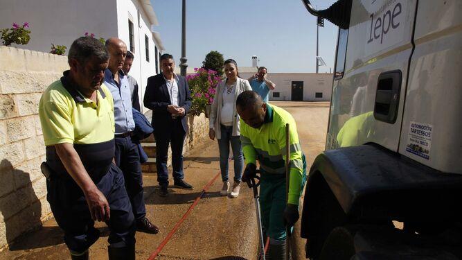 El alcalde de Lepe comprueba las labores de acondicionamiento del recinto.