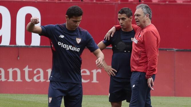 Caparrós abraza a Ben Yedder en presencia de Ganso durante el entrenamiento en el Ramón Sánchez-Pizjuán.
