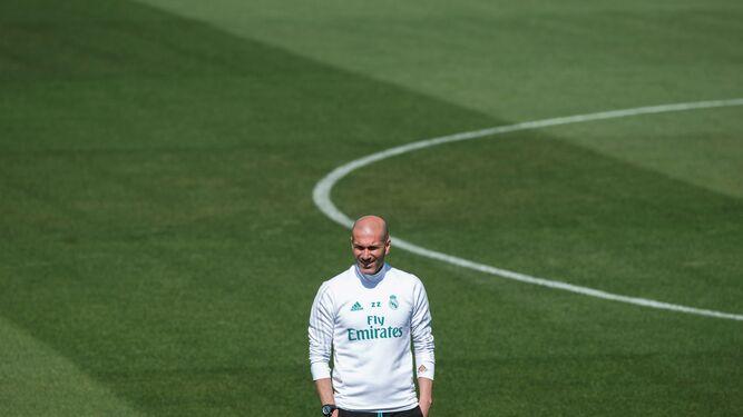 Zidane sigue el entrenamiento del Real Madrid en Valdebebas.