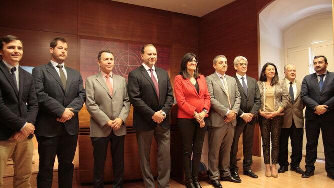Foto de familia de los representates que firmaron el Manifiesto 'Huelva, Turismo Industrial'. .