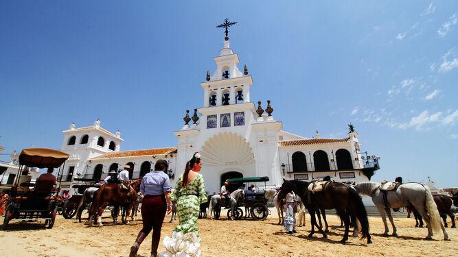 El santuario de la Virgen del Rocío es centro de devoción.