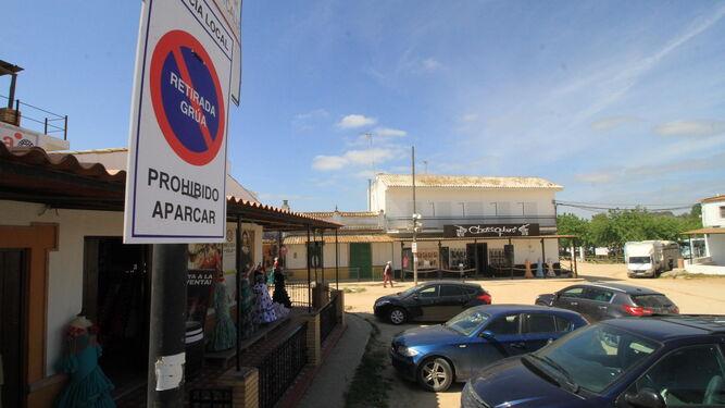 Los carteles indican la prohibición de aparcar en El Rocío.