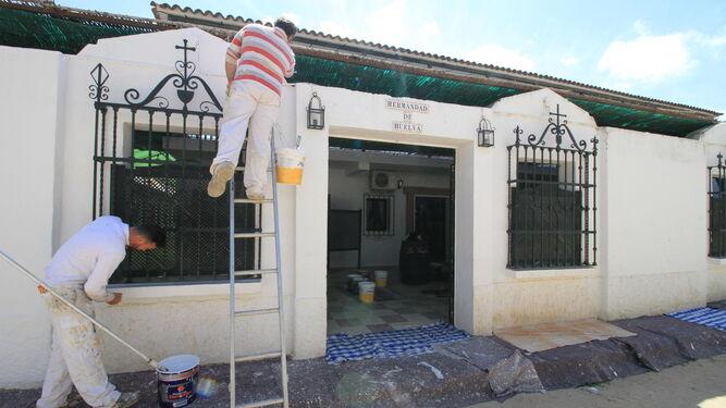 La casa de hermandad de Huelva, en El Real, se encala para lucir su mejor aspecto en los próximos días.