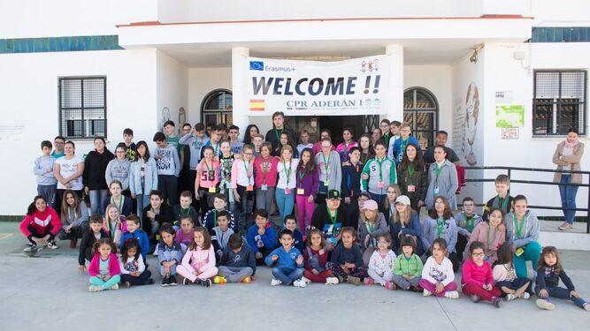 Foto de familia durante la visita de los escolares europeos al centro andevaleño en abril del pasado año.