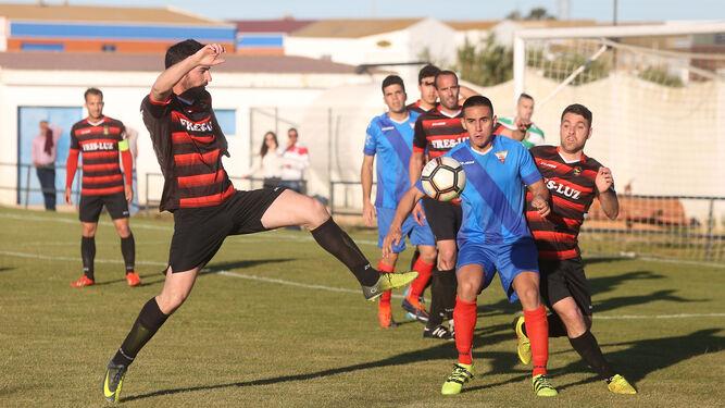 Arriba, Juanma Barba intenta llegar a un balón en defensa. Abajo, David Pereira es derribado por un jugador del Aroche.