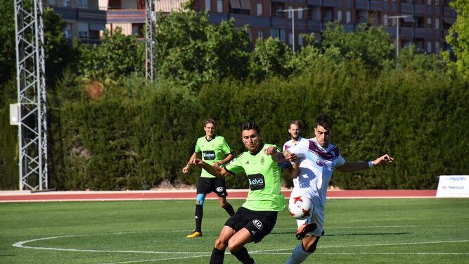 Jonathan Vila presiona a un jugador del Jumilla durante la segunda mitad del encuentro celebrado ayer en el Uva Monastrell.