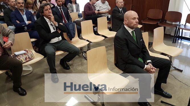 Pablo Comas escucha al tribunal sentado en el banquillo.