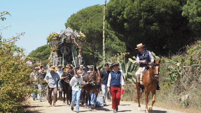 La carreta del Simpecado de la Hermandad del Rocío de Ayamonte, ayer durante su primera jornada de camino.