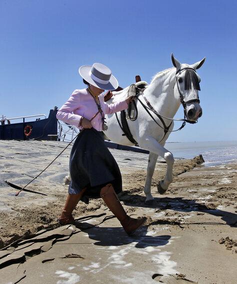 Las primeras hermandades gaditanas cruzan Bajo de Guía