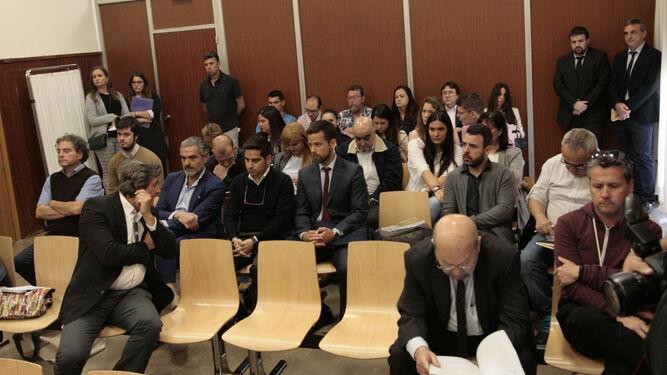 La sala de vistas de la Sección Tercera de Huelva, abarrotada de público en la primera sesión de la vista.