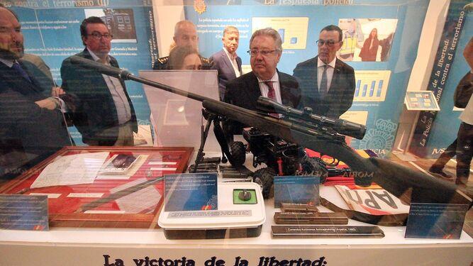 Distintas armas en uno de los expositores.
