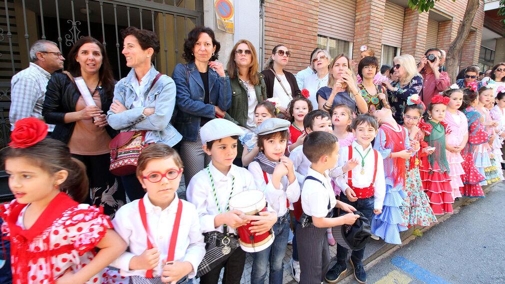 Imágenes de los colegios y público en general que acompañó la salida de Emigrantes