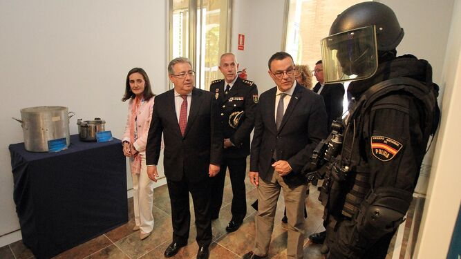 El ministro del Interior con el comisario, la subdelegada del Gobierno y el presidente de la Diputación.