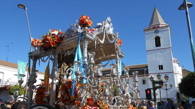 El simpecado de San Juan del Puerto, en la plaza de la iglesia