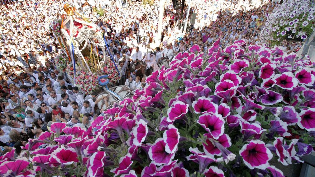 Imágenes del Simpecado de la Hermandad del Rocío de Huelva en su recorrido por la capital
