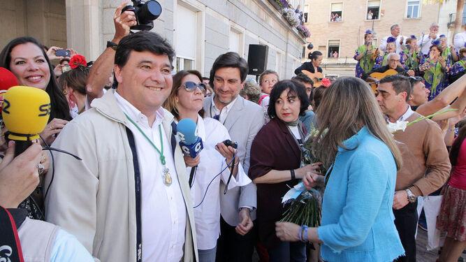 Gabriel Cruz recibe al Simpecado a las puertas del Ayuntamiento.