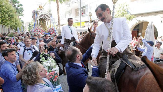 José Fernández saluda al presidente de la Hermandad de Huelva.