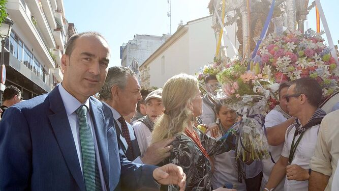 María Luisa García-Palacios Álvarez entrega el ramo de flores al Simpecado.