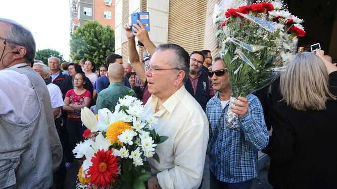 Ramos de flores a las puertas de la iglesia del Rocío.
