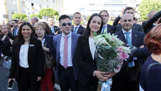 Representantes de El Corte Inglés con su ramo de flores.
