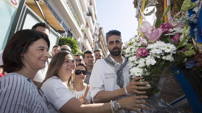 Eva Sánchez y Carmen de los Ríos entregan el ramo de flores de 'Huelva Información'.